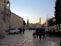 Toeristen en pelgrims buiten Kerk van Geboorte van Christus in Bethlehem, Palestina op Kerstmisvooravond Royalty-vrije Stock Afbeeldingen