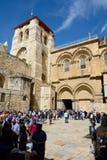 Toeristen en pelgrims die Kerk van het Heilige Grafgewelf bezoeken Stock Foto's
