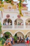 Toeristen en pelgrims in het klooster Panormitis Het eiland van Symi royalty-vrije stock afbeelding