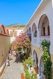 Toeristen en pelgrims in het klooster Panormitis Het eiland van Symi royalty-vrije stock foto's
