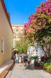 Toeristen en pelgrims in het klooster Panormitis Het eiland van Symi royalty-vrije stock foto