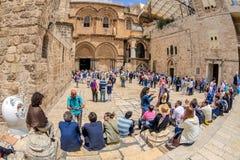Toeristen en pelgrims in het vierkant dichtbij de Kerk van Resur Stock Foto's