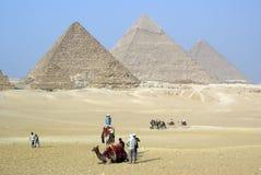 Toeristen en piramids Royalty-vrije Stock Fotografie