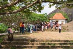 Toeristen en plaatselijke bevolkingmenigte dichtbij ingang aan Gouden Dambulla stock foto