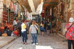 Toeristen en plaatselijke bewoners bij oude de stadsmarkt van Jeruzalem Stock Fotografie