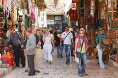 Toeristen en plaatselijke bewoners bij oude de stadsmarkt van Jeruzalem Royalty-vrije Stock Afbeeldingen