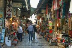 Toeristen en plaatselijke bewoners bij oude de stadsmarkt van Jeruzalem Royalty-vrije Stock Afbeelding