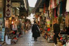 Toeristen en plaatselijke bewoners bij oude de stadsmarkt van Jeruzalem Royalty-vrije Stock Fotografie