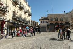 Toeristen en plaatselijke bewoners bij oude de stadsmarkt van Jeruzalem Stock Foto