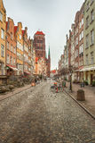 Toeristen en plaatselijke bewoners die op straten in historisch centrum van G lopen stock foto's