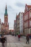 Toeristen en plaatselijke bewoners die op straten in historisch centrum van G lopen royalty-vrije stock fotografie