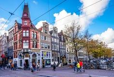 Toeristen en plaatselijke bewoners op de bezige kruising van Keizerstraat en Leidsestraat in het centrum van de oude stad van Ams Royalty-vrije Stock Foto's