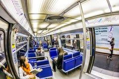Toeristen en plaatselijke bewoners op een metrolijn 8 in Parijs Stock Afbeelding