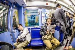 Toeristen en plaatselijke bewoners op een metrolijn 8 in Parijs Royalty-vrije Stock Fotografie