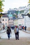 Toeristen en plaatselijke bewonersgang door de straten, Salzburg, Oostenrijk Stock Foto