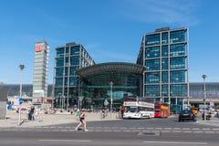 Toeristen en sightseeingsbussen voor het centrale station van Berlijn stock afbeeldingen