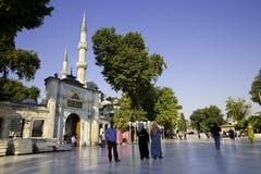 Toeristen en Turkse mensen die dichtbij Eyup Sultan Mosque, vierkant op een heldere dag lopen Royalty-vrije Stock Foto's