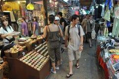 Toeristen en Winkel Locals bij Markt Chatuchak Stock Afbeelding