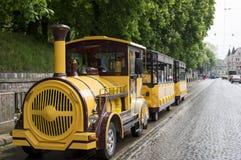 Toeristen gele trein stock foto's