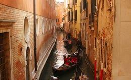 Toeristen in gondelboten in Venetië Stock Foto