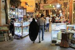 Toeristen in Grote Bazaarmarkt van de stad van Isphahan Stock Afbeeldingen