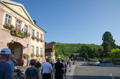 Toeristen in het dorp Riquewihr in de Elzas in Frankrijk Stock Afbeeldingen