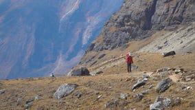 Toeristen in het Himalayagebergte stock footage