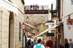 Toeristen in het historische centrum van Otranto - itally Royalty-vrije Stock Fotografie