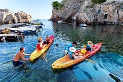 Toeristen, het kayaking - de Oude stad van Dubrovnik Dalmatië Kroatië Royalty-vrije Stock Foto