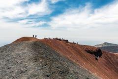 Toeristen het onderzoeken zet Etna in Sicilië op royalty-vrije stock foto's