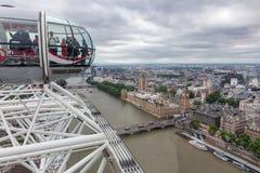 Toeristen in het Oog van cabinelonden met luchtmening Londen, Engeland Royalty-vrije Stock Foto