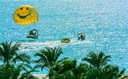 Toeristen het parasailing en andere populaire wateraantrekkelijkheden stock fotografie