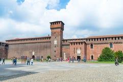 Toeristen in het Sforza-Kasteel Castello Sforzesco stock afbeelding