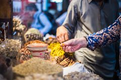 Toeristen in kruiden souk in Doubai Stock Afbeeldingen