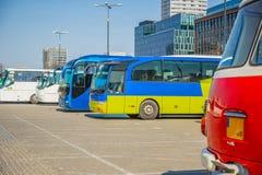 Toeristen lege bussen in het parkeerterrein van de post stock afbeelding
