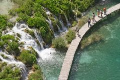 Toeristen in meer Plitvice (jezera Plitvicka) Stock Foto