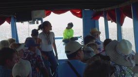 Toeristen met gids het siiting op zetels van toeristisch ongeveer tijdens excursie stock footage
