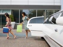 Toeristen met het winkelen zakken Stock Foto's
