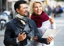 Toeristen met kaart en bagage Stock Foto