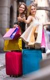 Toeristen met koffers en het winkelen zakken Stock Afbeelding