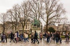 Toeristen met standbeeld van Charlemagne royalty-vrije stock afbeeldingen