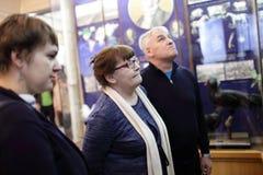 Toeristen in museum Stock Afbeeldingen