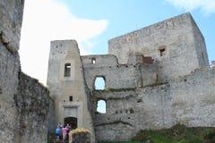 Toeristen onder kasteelmuren Stock Fotografie