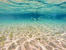 Toeristen onderwater zwemmen Stock Foto