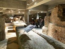 Toeristen op archeologisch gebied in Milan Cathedral royalty-vrije stock foto