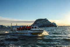 Toeristen op boot bij Jokulsarlon-lagune stock afbeeldingen