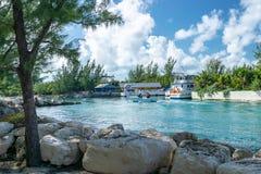 Toeristen op boot in de Bahamas stock afbeeldingen