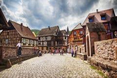 Toeristen op brug, het dorp Kaysersberg van de Elzas in Reg. van Straatsburg Stock Fotografie