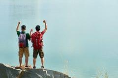 Toeristen op de bovenkant van berg stock afbeeldingen