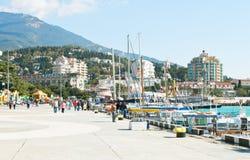 Toeristen op de dijk van Lenin in Yalta in September Royalty-vrije Stock Foto's